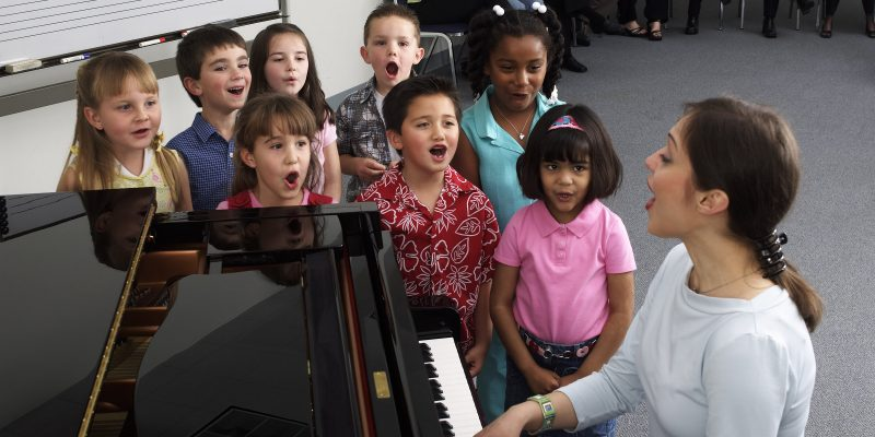 YMES_Class_singing_at_piano